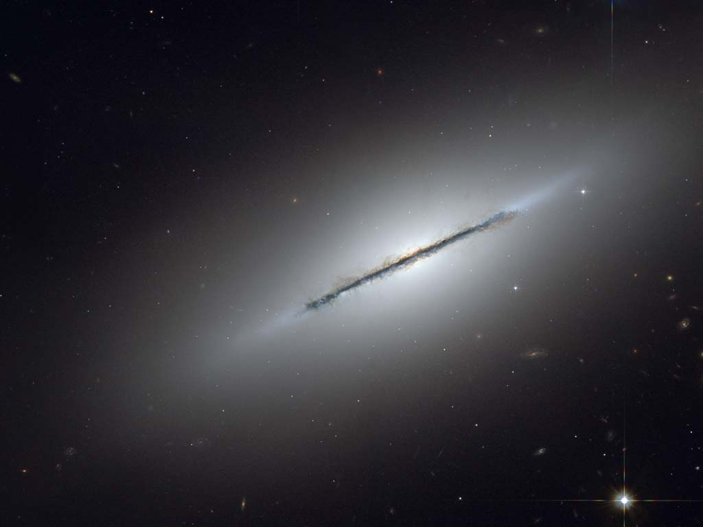 hubble-disk-galaxy-ngc-5866-desk-1024.jpg
